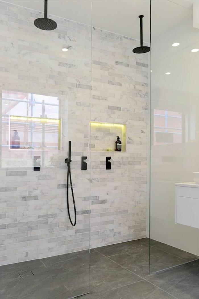 separation verriere avec deux douches en metal noir, porte verriere, verriere douche, murs en gris clair et gris foncé, sol en dalles noires