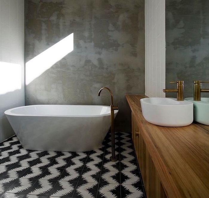 déco beton ciré salle de bain sur carrelage décoratif noir et blanc et baignoire ilot et meuble en bois avec flasque ronde