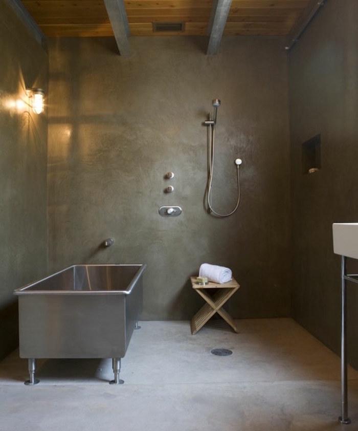beton ciré sol salle de bain et mur douche à l'italienne dans sdb moderne en ciment avec baignoire en metal