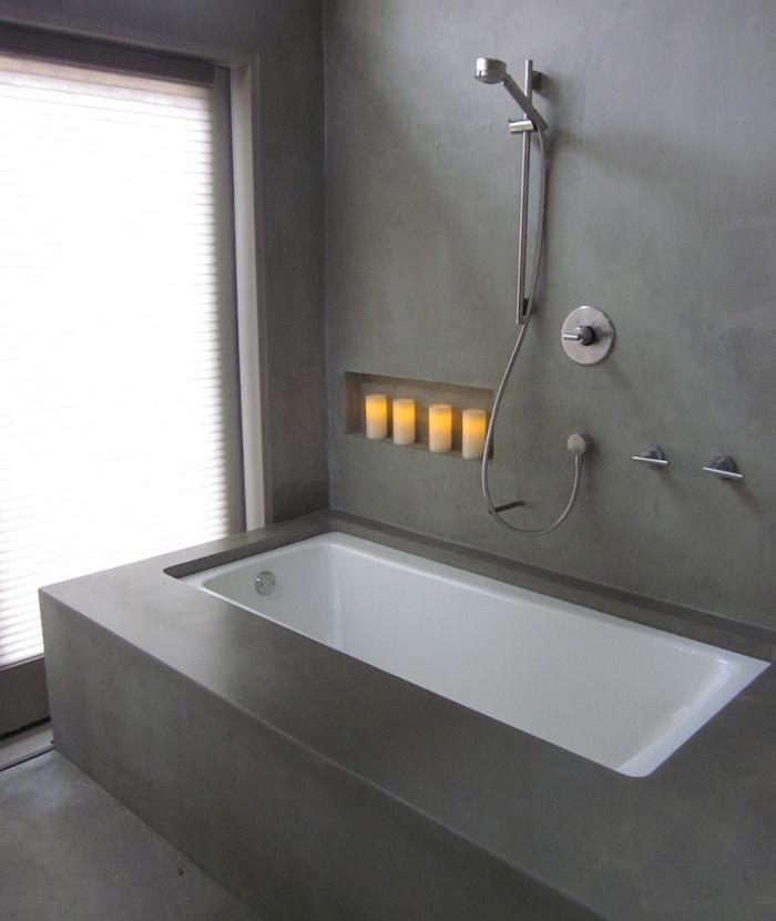béton ciré mur salle de bain et cadre de baignoire avec douche pour décoration style contemporaine