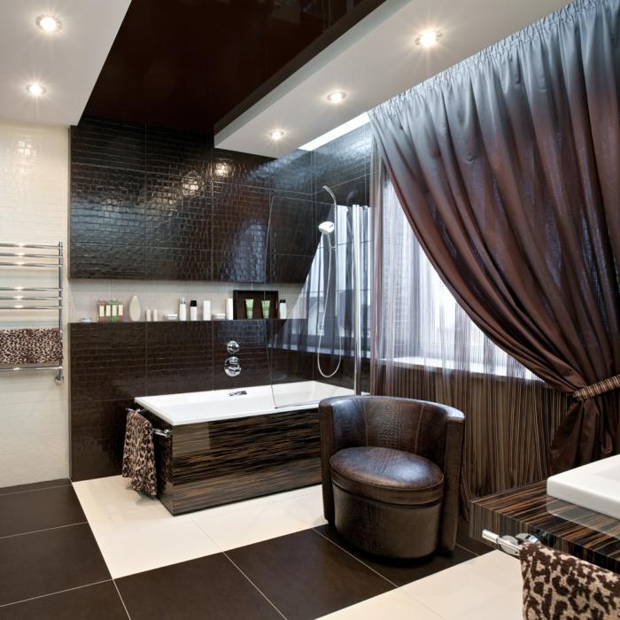baignoire wengé couleur, grands rideaux marrons, fauteuil rond sombre, panneaux muraux wengé