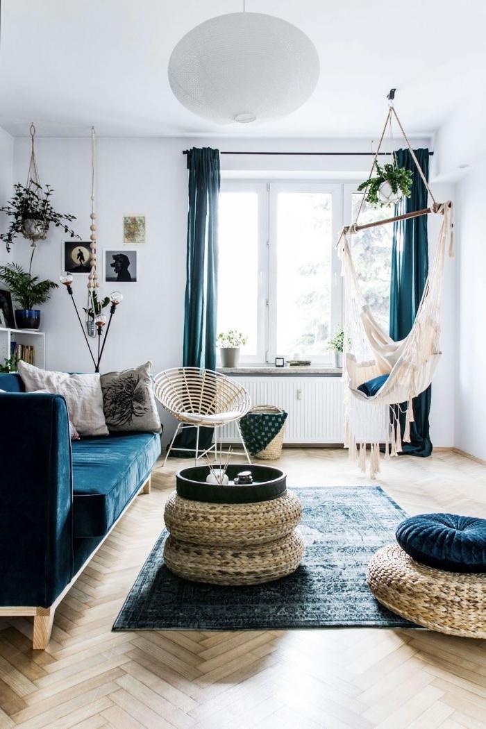 deco salon bleu et blanc d'ambiance bohème chic où le bleu a été adopté part petites touches à travers le mobilier et les textiles