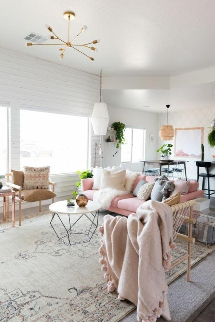 peinture rose poudré, salon spacieux avec des touches en couleur rose pale, deco rose poudré, chambre rose poudré et taupe, plafond blanc avec corps luminaire en métal couleur dorée, imitation de rayons de soleil avec des ampoules lumineuses aux bouts