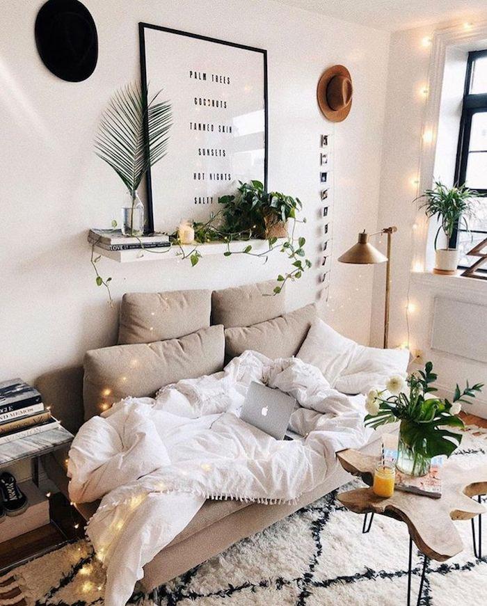 Adorable idée comment transformer la chambre à coucher en salon, décoration bohème chic avec beaucoup de plantes vertes et guirlande lumineuse
