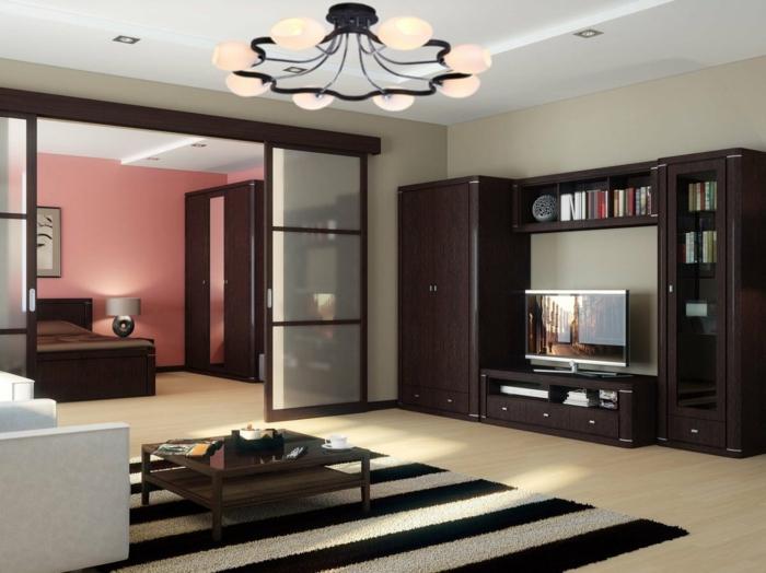 salon avec cloison japonaise, tapis rayures, fauteuils blancs, table basse bois, plafonnier original
