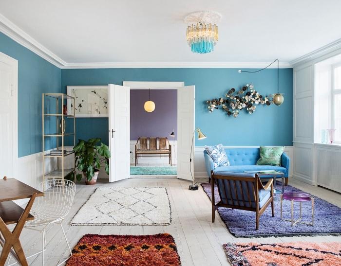 deco bleu petrole et blanc dans un salon d'esprit scandinave aux accents violet et terracotta