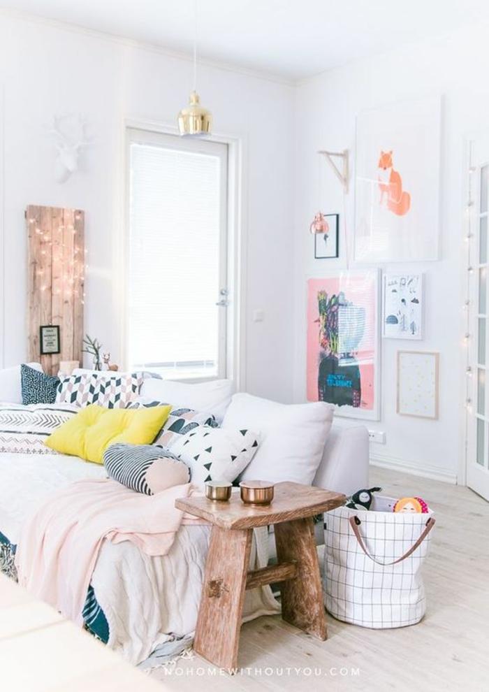 quelle couleur associer au gris, chambre gris et blanc, murs blancs, canapé blanc avec des coussins colorés, chambre rose et gris