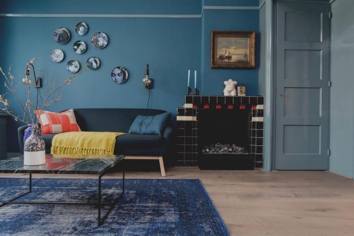 ambiance cozy et sereine dans un salon aux nuances du bleu aux petits accents colorés