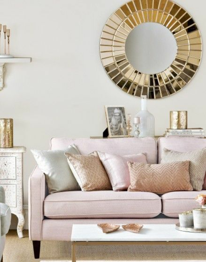 une chambre rose poudré, peinture rose poudré, canapé en vieux rose, miroir rond au cadre doré, reflets dorés sublimes, chambre rose et gris