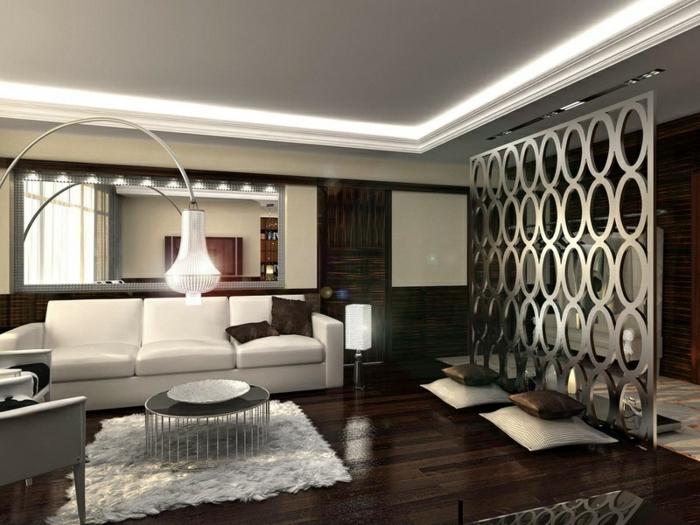 sol de bois wengé, petit tapis blanc, table basse ronde, canapé blanc, lampe arc