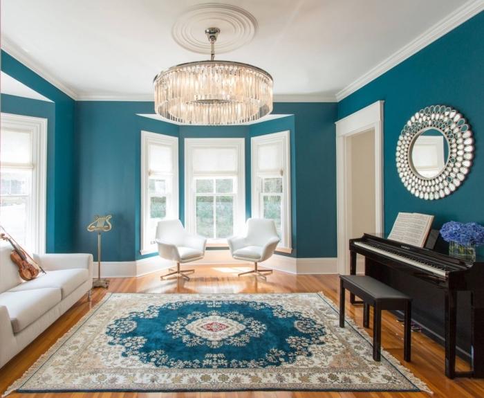 inspiration déco pour un salon bleu paon et blanc d'aspect élégant et classique avec un tapis chic qui reprend les couleurs de l'intérieur