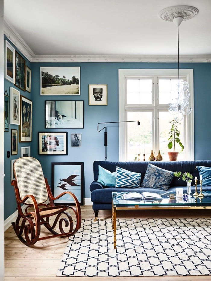 bleu marine couleur tendance à adopter dans le salon, un salon chic et moderne aux nuances du bleu marine et aux accents subtils en noir