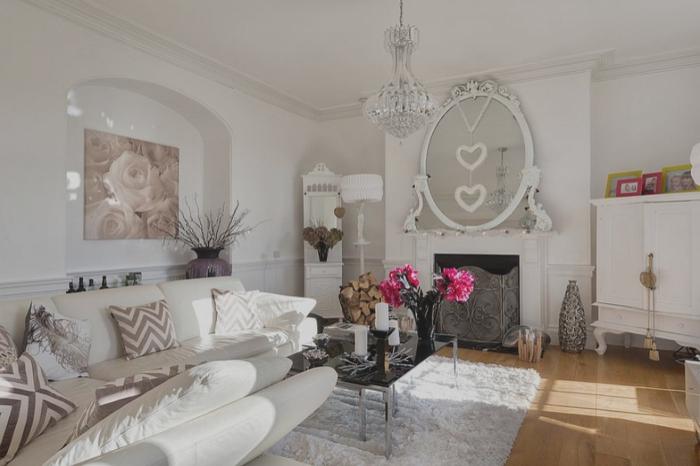 salon romantique et chic associant une décoration shabby chic en blanc et tons neutres aux éléments en verre et métal pour une ambiance élégante
