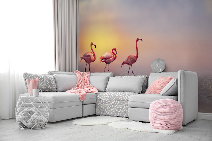 Salon moderne au rose et gris papier peint photo flamants au coucher de soleil canapé d angle coussins mignons