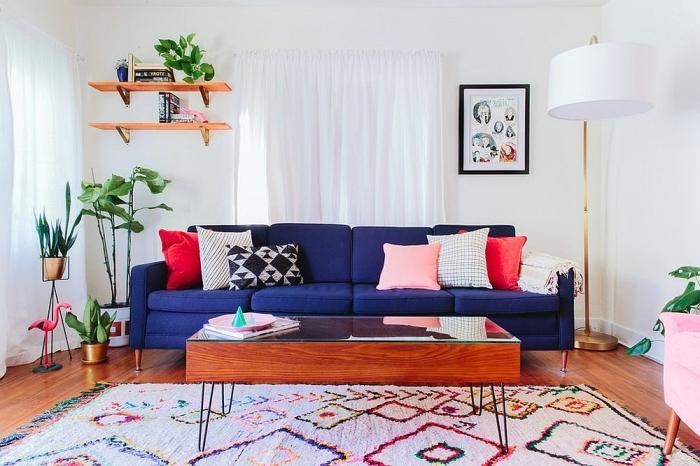 salon bohème chic et vintage d'ambiance naturelle grâce à déco de plantes vertes et le canapé bleu marine évoquant la mer