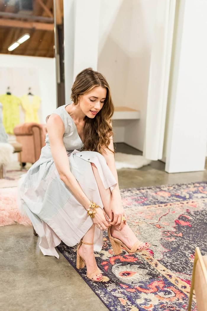 Tenue invitée mariage 2018 fluide robe mignonne au style champêtre chic tapis oriental cool intérieur
