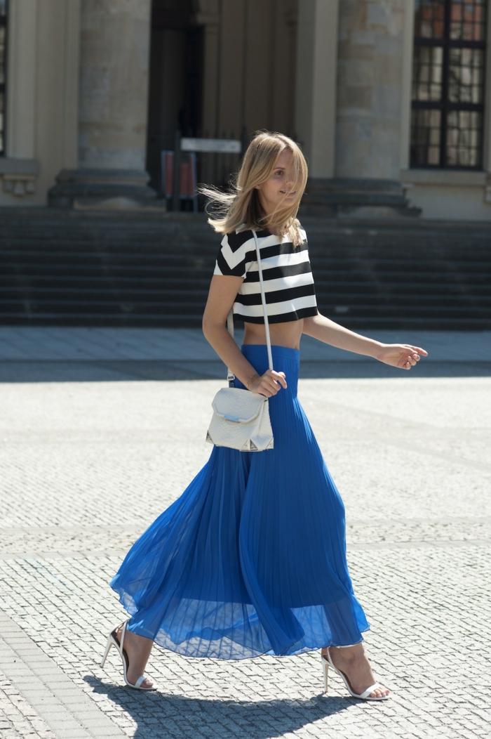 sac épaule blanc, jupe bleue plissée, sandales hauts talons, blouse rayures