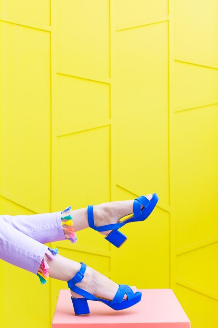 activité manuelle ado pour décoration des vêtements, modèle de jeans colorés avec déco en mini tassels colorés