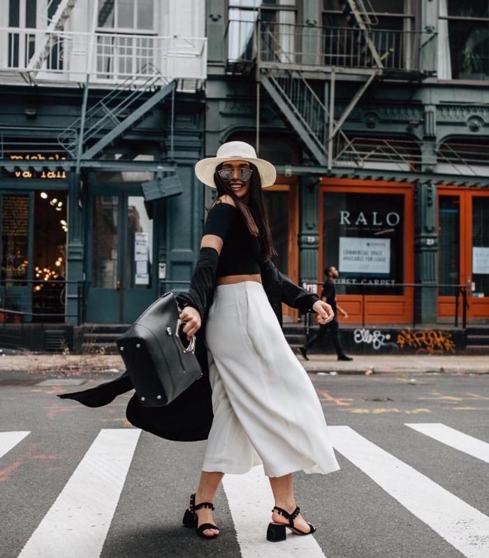 look élégant chic en blanc et noir avec pantacourt femme en blanc et blouse noire combinés avec sandales nories