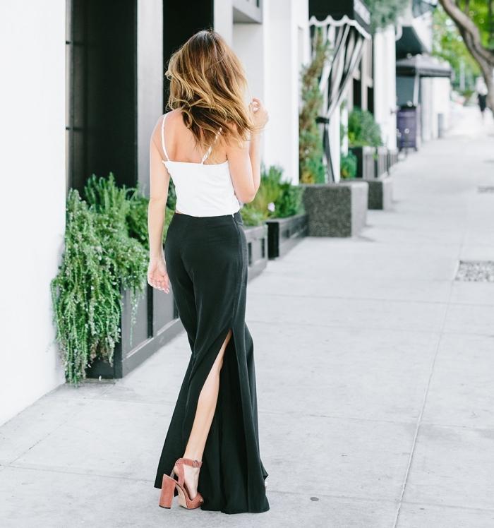 comment bien s'habiller pour l'été avec pantalon fluide de couleur vert foncé et top blanc, avec quoi porter les sandales à talons
