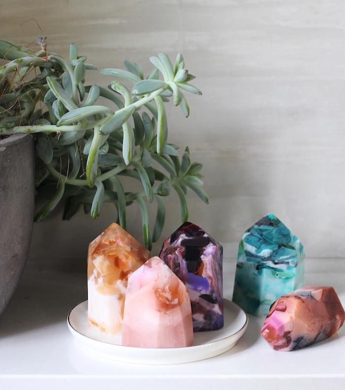 savon diy gemme, pierre précieuse aux figurines de couleurs variées, fabrication de savon idée originale