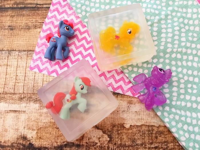 savon transparent avec un jouet à l intérieur, idée pour la fabrication de savon enfant simple et rapide