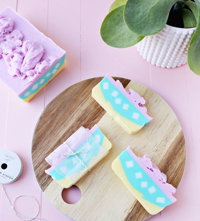 fabriquer du savon en forme de gateau coloré, activité manuelle pour ado et adulte, projet cadeau meilleure amie