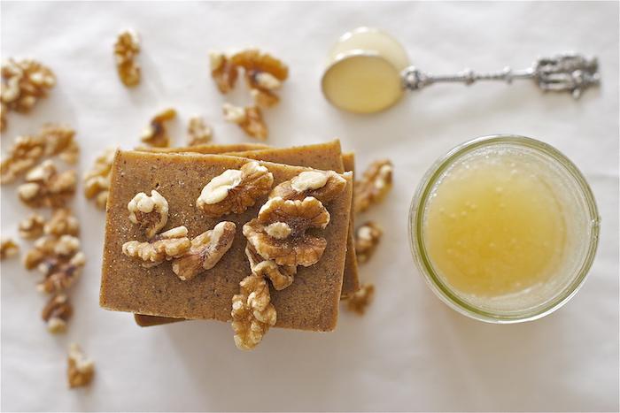 faire son savon au miel et noix, idée d activité manuelle facile et rapide, produit bio aux ingrédients naturels