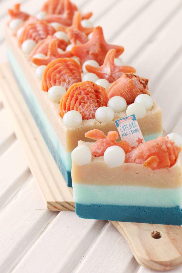 savon naturel a faire soi meme avec des couches de savon colorés et décoration de figurines d animaux marins et perles blanches en plastique