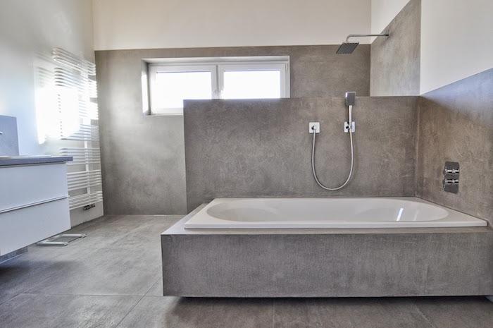 beton ciré gris pour mur douche et cadre baignoire sur sol en carrelage effet ciment