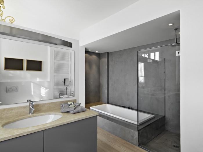 photo beton cire deco de salle de bain avec murs douche italienne et cadre de baignoire