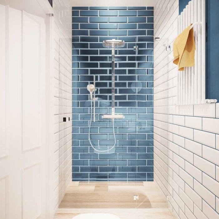 idée déco salle de bain petit espace avec carrelage design miroir et cabine de douche à paroi transparent avec plancher imitation bois