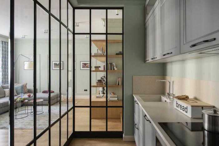 jolie séparation cuisine salon avec verrière d'atelier, salon en gris et bois équipement minimaliste