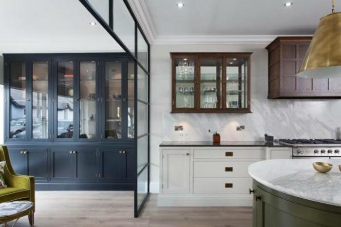 intérieur en noir et blanc, ilot de cuisine rond, cloison verriere noire, cloison avec vitrages carrés