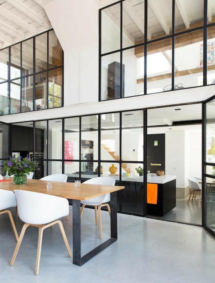 plusieures verrières intérieures dans un intérieur vaste en blanc, comptoir de cuisine et salle à manger