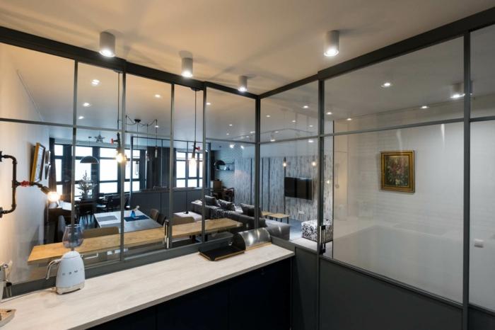 appartement design industriel, grande verrière d'intérieur avec portes coulissantes, cuisine ouverte sur salon