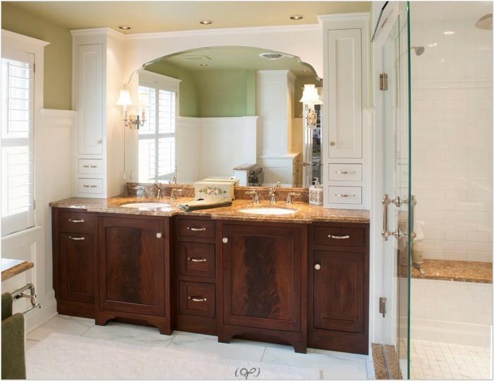 salle de bain avec verrière, meubles en bois massif marron, dalles de carrelage blanches aux nervures marbrées grises, deux luminaires avec des abat-jours blancs
