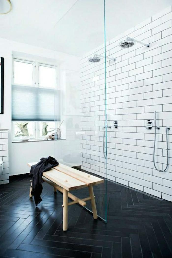 cloison verriere, verriere douche, verriere salle de bain, carrelage noir aux motifs parquet, deux douches en métal couleur argent, banc en bois clair
