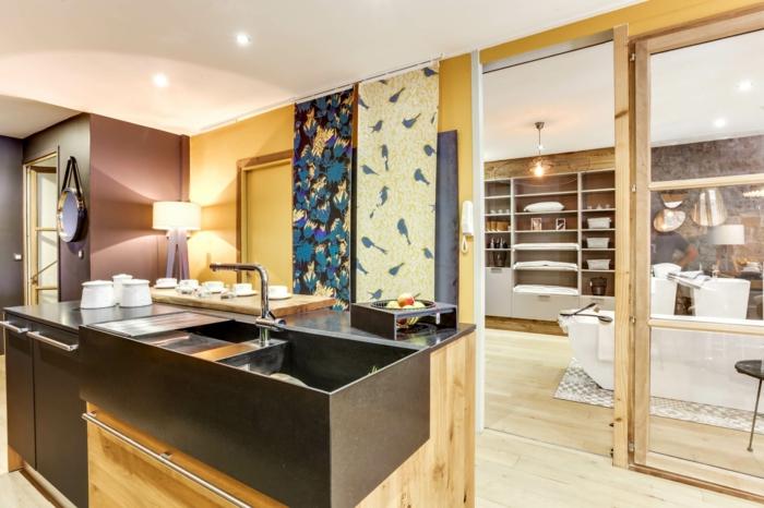 verriere douche, verriere salle de bain, porte verrière coulissante, lavabo noir, panneaux décoratifs en jaune et bleu