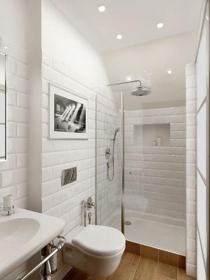 salle de bain avec verrière, douche italienne, carrelage mural en briques blanches, plafond blanc avec des petits luminaires ronds