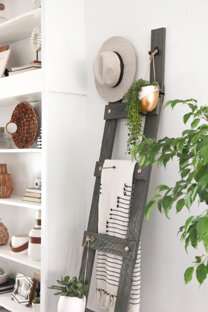 Idée déco salon moderne déco salon cocooning idee sejour moderne échelle décorative où on peut ranger des couvertures