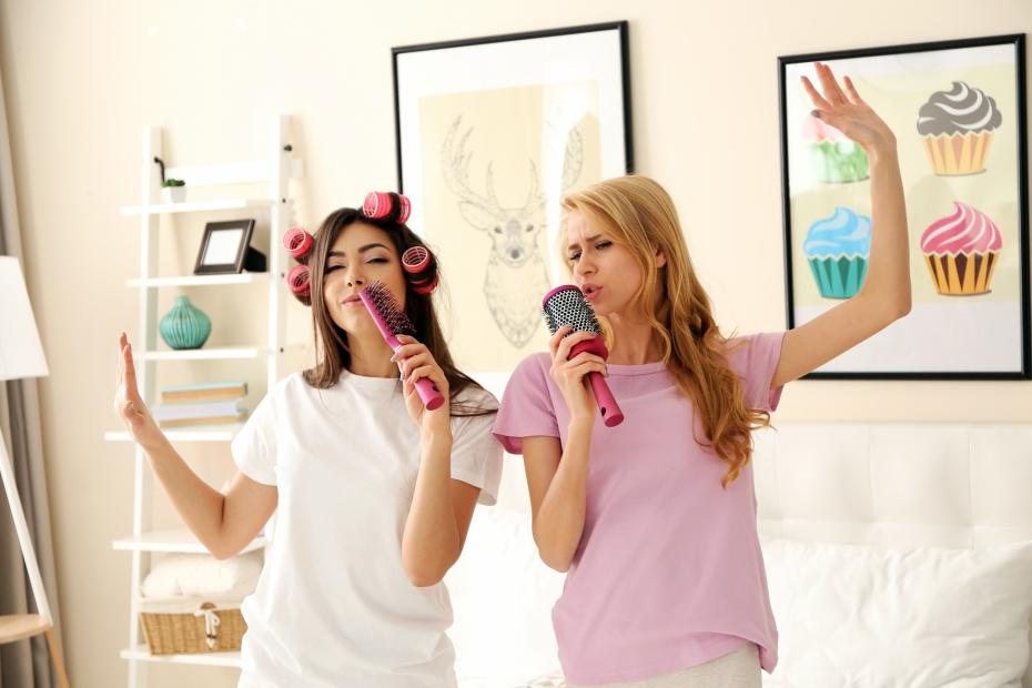 Activité evjf idée enterrement de vie de jeune fille enterrement jeune fille party s amuser avec sa meilleure amie chanter au microphone de brosse de cheveux