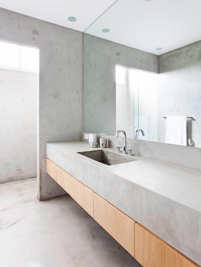 salle de bain en dur avec sol murs et lavabo en enduit béton ciré avec grand miroir