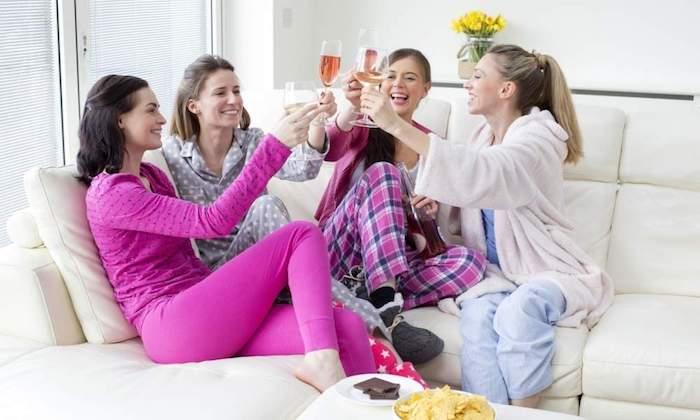 Idées enterrement de vie de jeune fille pas cher activité evjf originale idée amies qui boivent de champagne chez soi au pyjama
