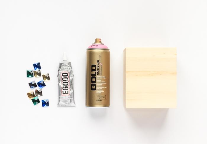 activités manuelles enfants ou ado, comment faire une boîte à mouchoirs personnalisée à l'aide d'un spray aérosol et faux cristaux