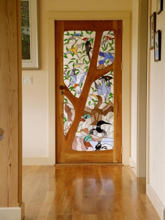 du papier peint trompe l oeil porte à effet vitrage motif champêtre naturel qui s'harmonise avec le bois du cadre