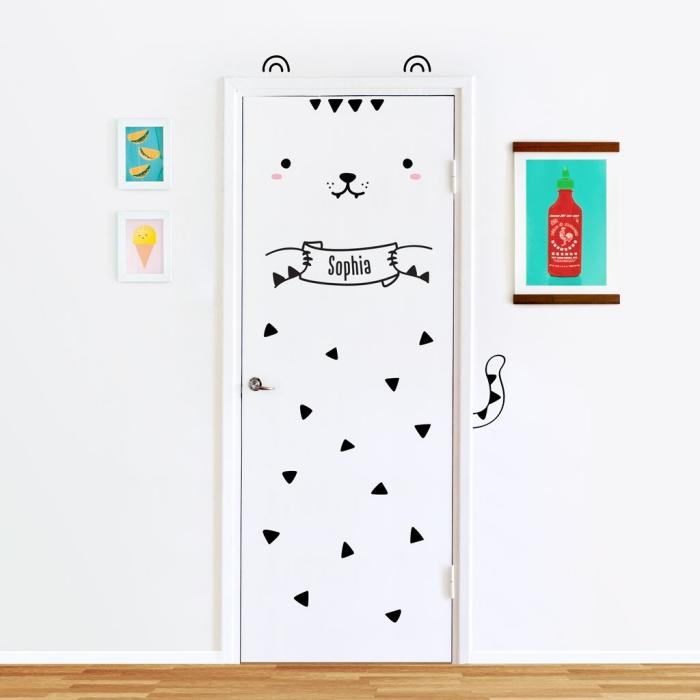 idée déco originale pour la chambre d'enfant, relooker une porte isoplane avec des stickers pour porte autocollants à motifs mignons