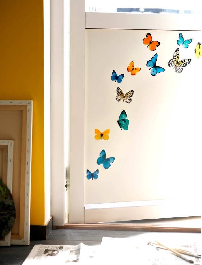 customiser une simple porte blanche avec des stickers pour porte papillons colorés