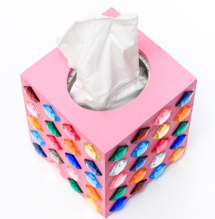 exemple d'objet diy pour ado, idée d activité manuelle avec une boîte à mouchoir de bois peint en rose et décorée avec strass