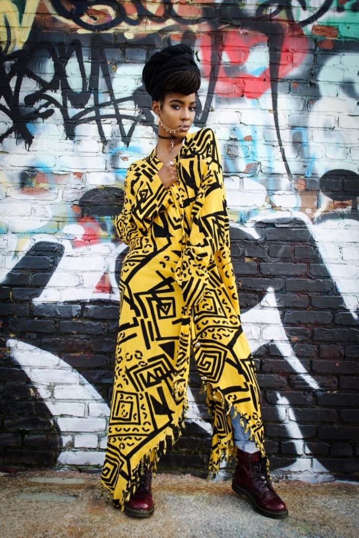 manteau long à motif africain combiné avec un jean boyfriend et des bottines bordeaux pour un style grunge original